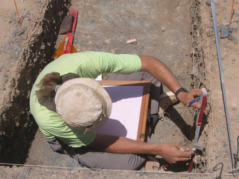 Documenting excavated layers in a trench at a Middle Stone Age site near Karmel (photo: Claudia Näser)
