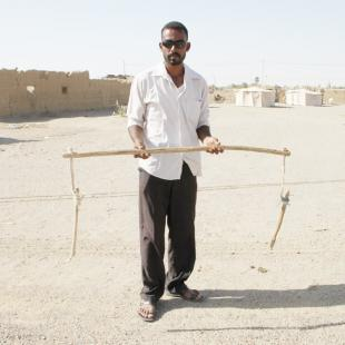 Hassan holding an implement used for making ropes (photo: Cornelia Kleinitz)