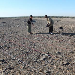 Kerstin and Hassan recording surface finds at a Late Prehistoric site (photo: Annett Dittrich)